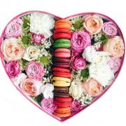 Ассорти из цветов  и макарун
