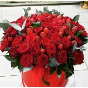 Коробка с розами и клубникой